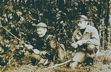 Paskutinis Estijos partizanas A. Sabė žvejybos metu prieš pat žūtį. Šalia jo dešinėje – KGB agentas