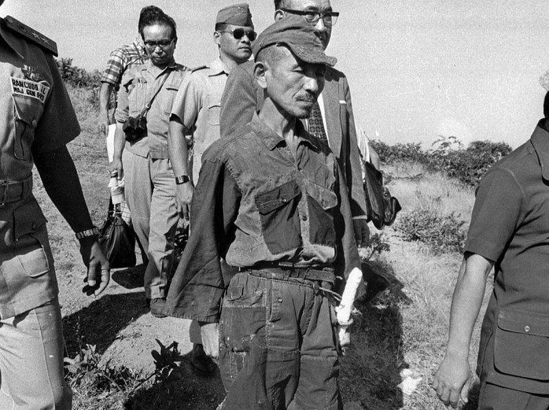 Japonų karys H. Onoda 1974 m. išėjo iš džiunglių ir pasidavė Filipinų policijai su sąlyga, kad jam bus leista pasilikti ir išgabenti į Japoniją karininko kardą