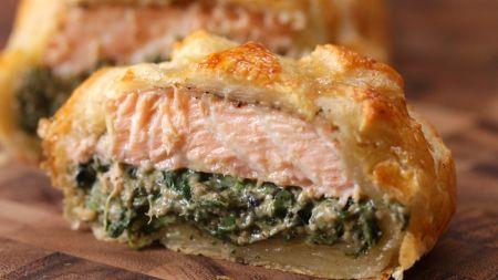 Savaitgalio receptas: lašiša tešloje su kreminiu sūriu ir špinatais (video)