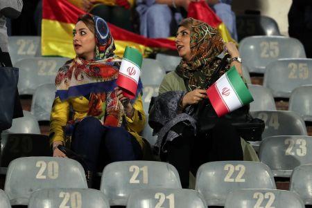Irane – nuo 1979 m. neregėtas dalykas: moterims leista stebėti vyrų futbolo rungtynes