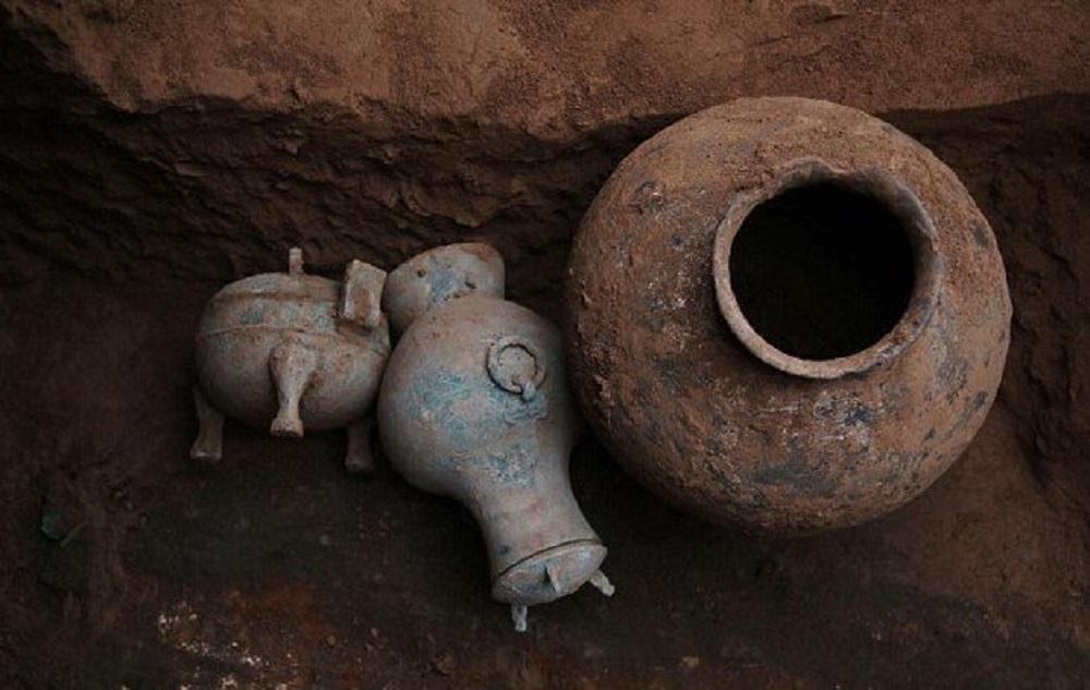 Kinijos archeologai atkasė 2 tūkst. metų senumo indą su vynu