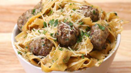 Greitiems pietums – makaronai su švediškais mėsos kukuliais (video)