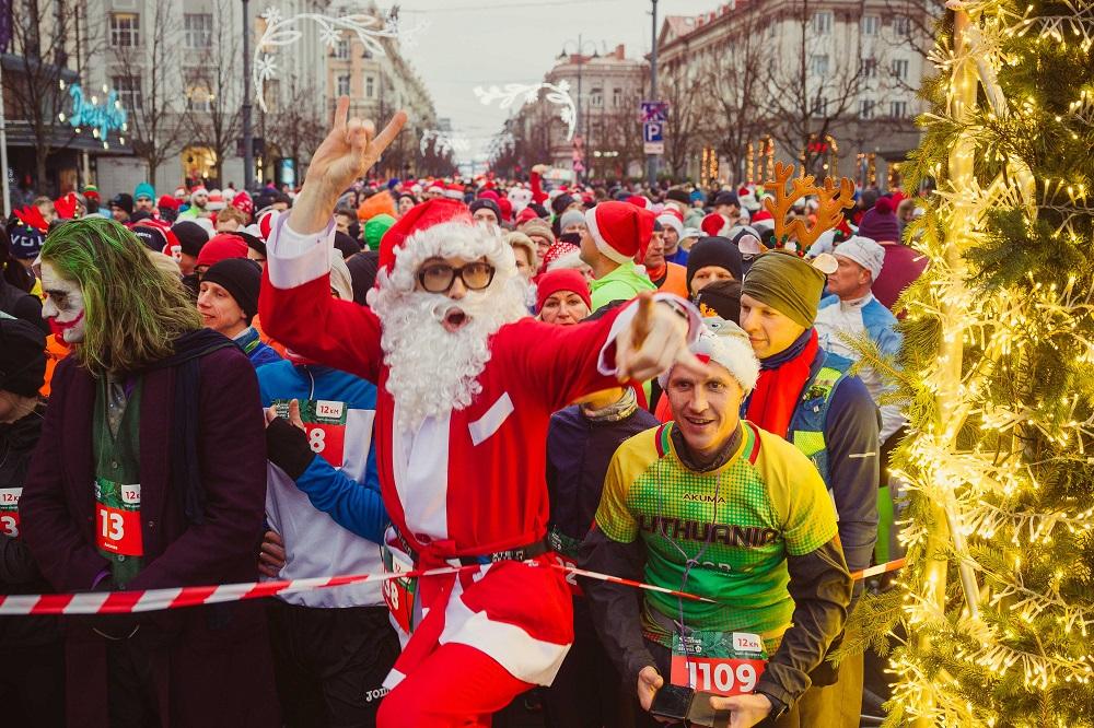 Pamatykite: Vilniuje prie starto linijos sulaukta per 3500 kalėdiškai persirengusių bėgikų