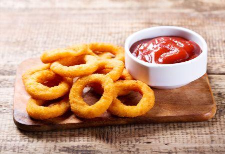 Traškūs svogūnų žiedai su mocarelos sūriu (video)