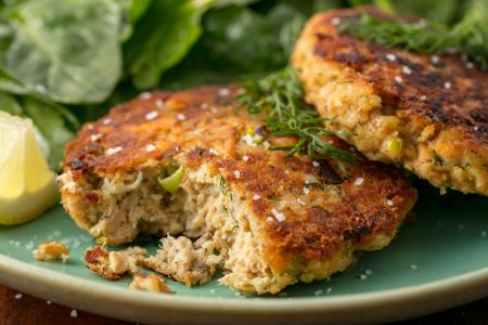 Sekmadienio pietums – kapotos lašišos kotletai (video)