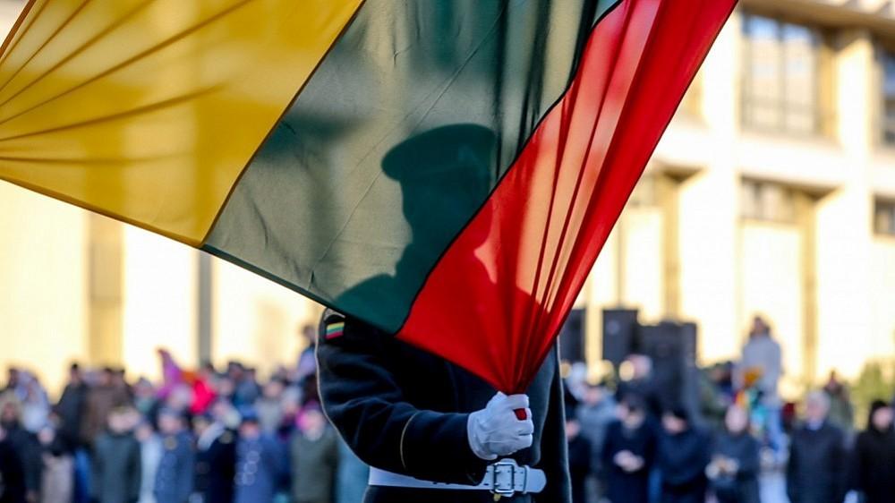 Vilniaus televizijos bokšte suplevėsuos didžiausia Lietuvos Trispalvė