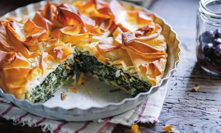 Skaniems sekmadienio pietums: filo tešlos pyragas su špinatais ir rikota (video)