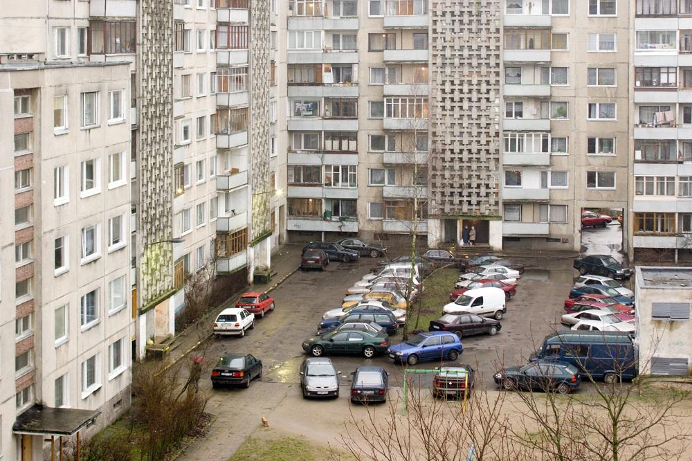 Šiandienos aktualijos: netvarka daugiabučių kiemuose, paradoksai Lietuvoje ir nelegalai