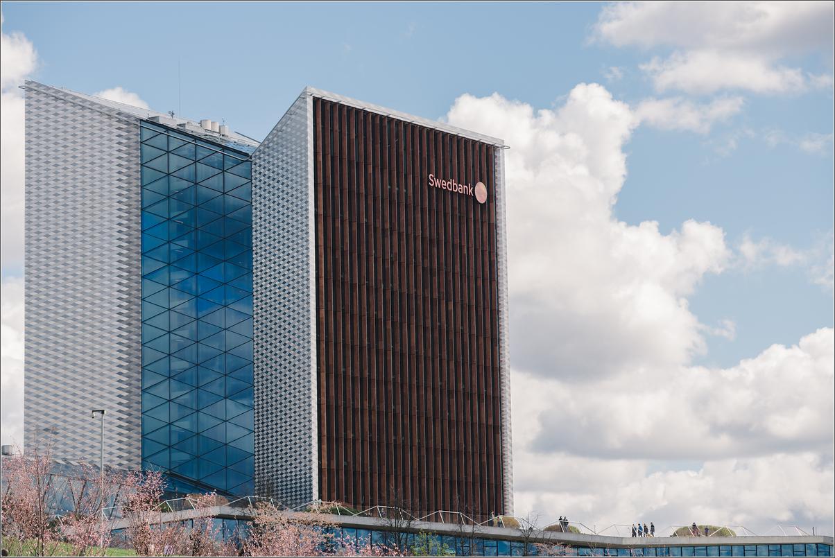"""""""Swedbank"""" toliau skęsta skandaluose: vidaus ataskaita atskleidė 9 mlrd. eurų įtartinų mokėjimų"""