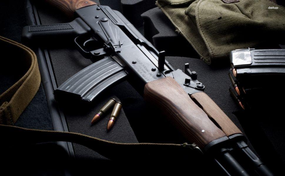 """Ukrainos policija rusiškus ginklus keis į vokiškus: """"Kalašnikovai"""" buvo sukurti kariuomenei ir žudymui"""""""
