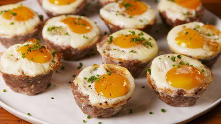 Sotiems pusryčiams: maltos mėsos krepšeliai su kiaušiniu (video)