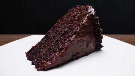 Saldi šventė gomuriui – drėgnas šokoladinis tortas (video)
