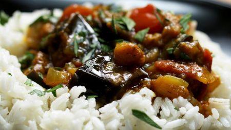 Skaniai ir greitai vakarienei: pikantiškas baklažanų troškinys (video)
