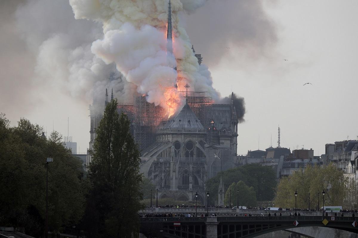 Prancūzija sielvartauja: sudegė garsioji Paryžiaus katedra
