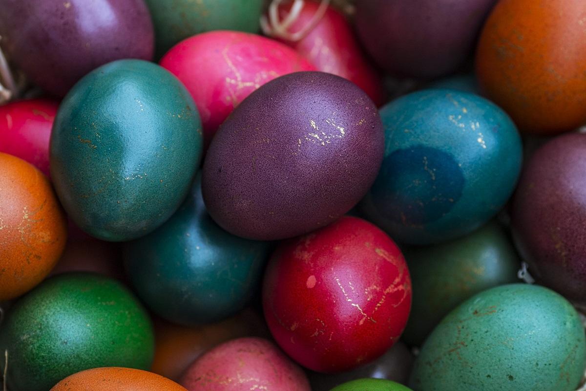 Medikai įspėja: kai kurie kiaušinių dažymo būdai yra kenksmingi sveikatai