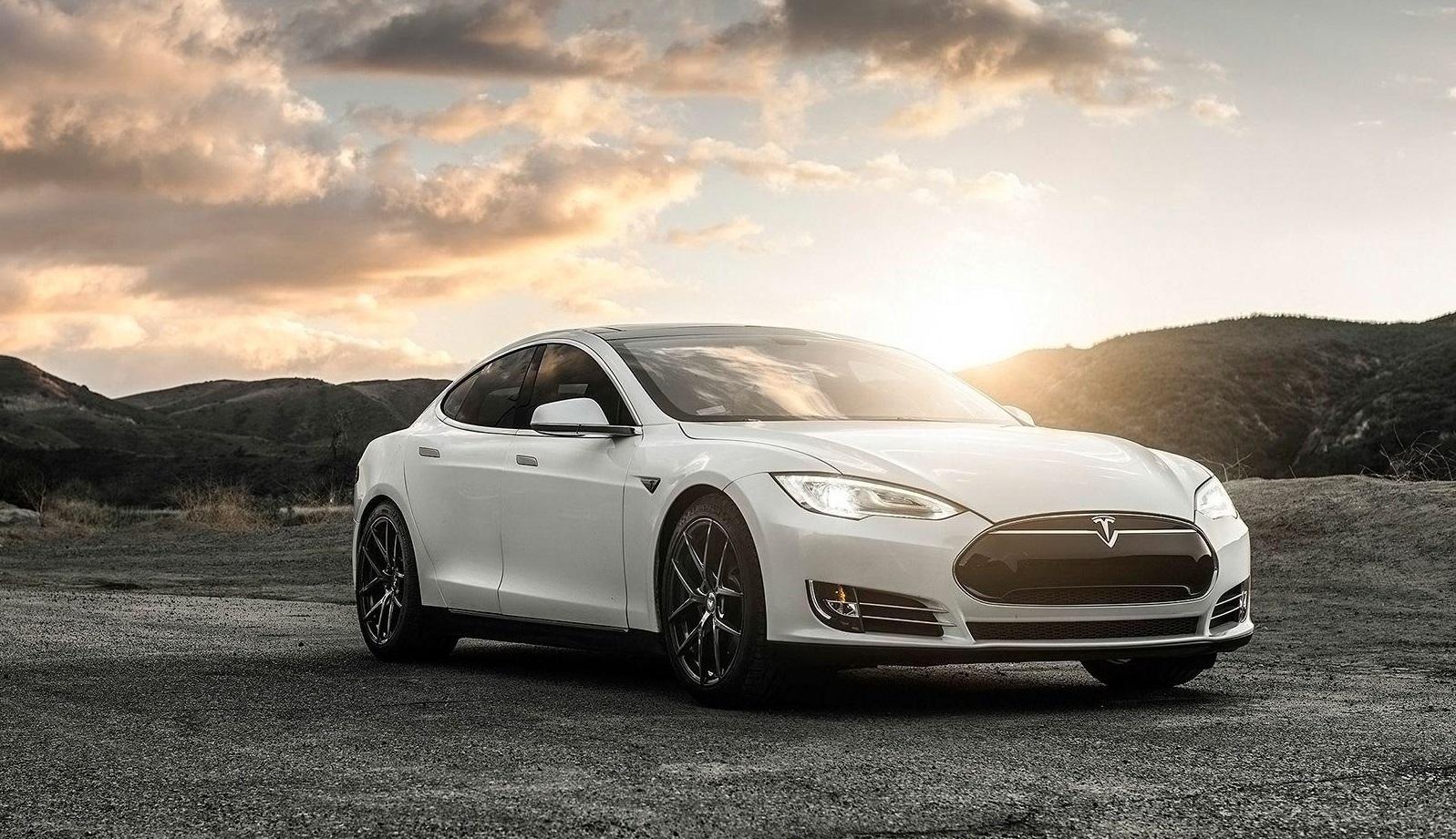 """Pamatykite: Šanchajuje savaime užsiliepsnojo stovintis """"Tesla"""" automobilis (VIDEO)"""
