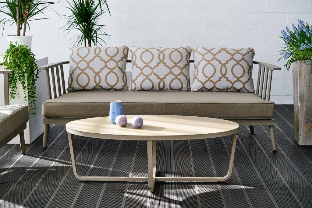Šių metų lauko baldų tendencijos: spalvos, tekstūros ir patogumas
