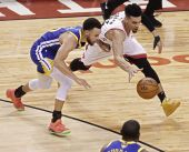 """Netikėtumas NBA: finalas prasidėjo """"Raptors"""" pergale prieš galinguosius """"Warriors"""""""