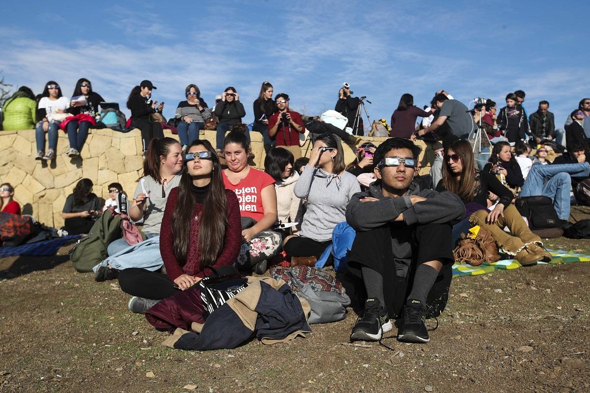 Pamatykite: Pietų Amerikoje tūkstančiai žmonių stebėjo visišką Saulės užtemimą