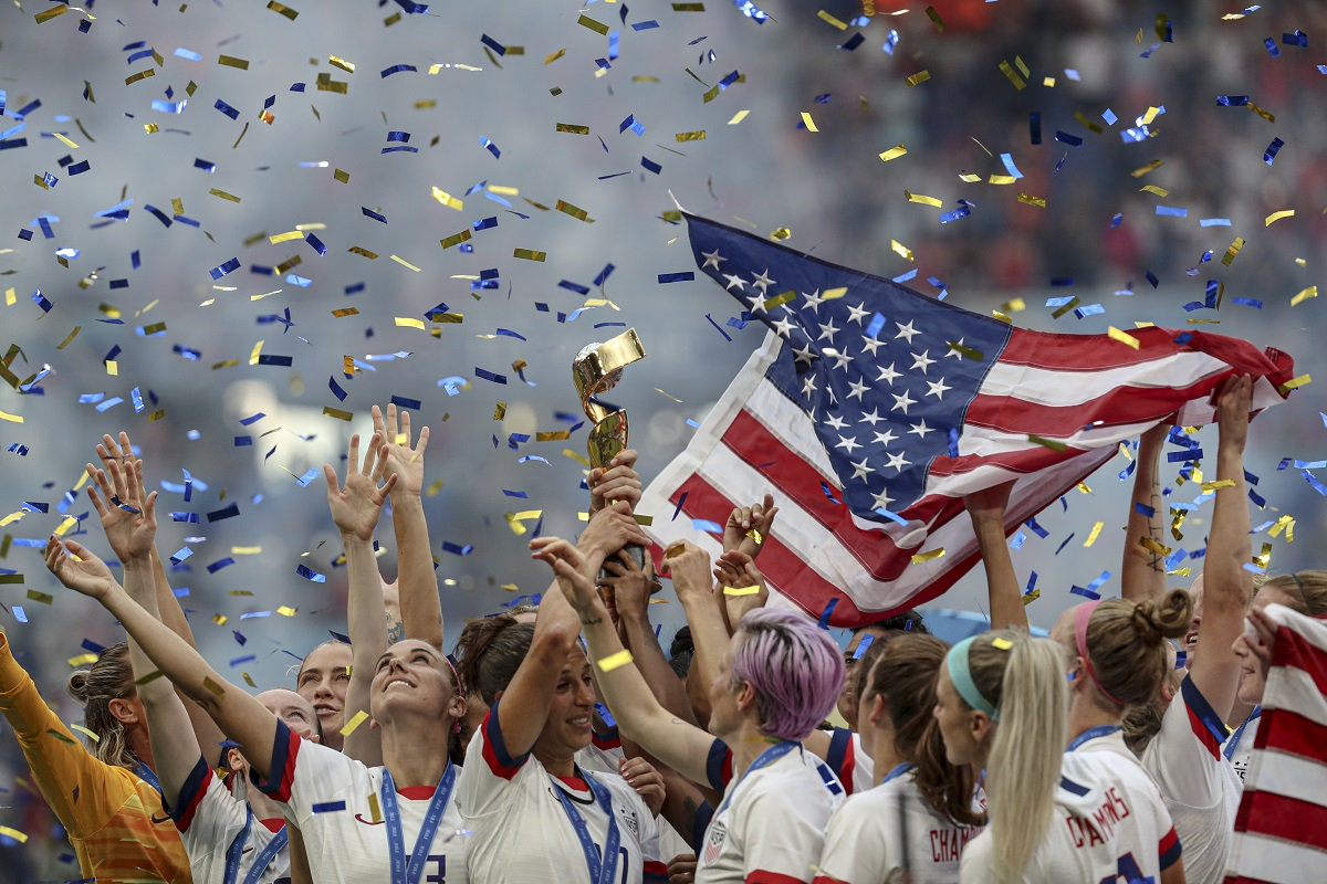 Pamatykite: rekordą pasiekusios JAV futbolininkės apgynė pasaulio čempionių titulą