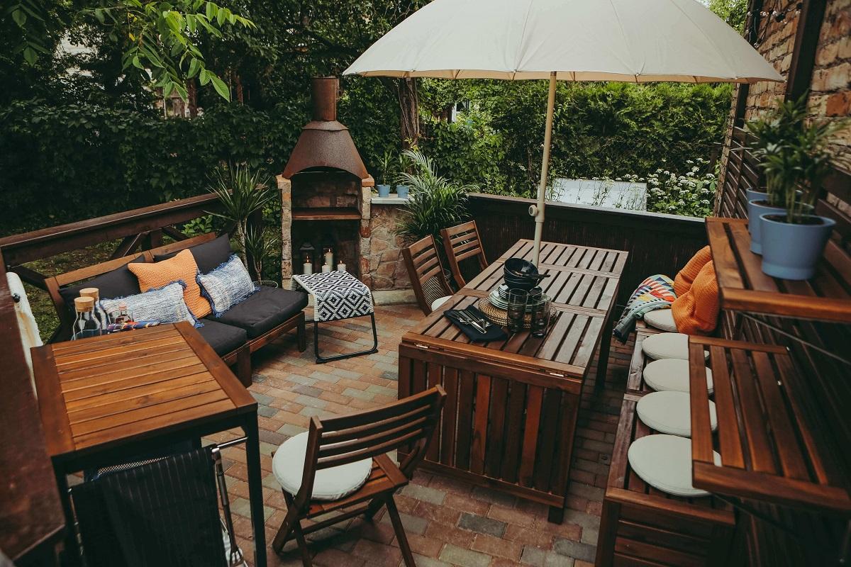 Sprendimai netipinei terasai: parodė, kaip pritaikyti įprastus baldus