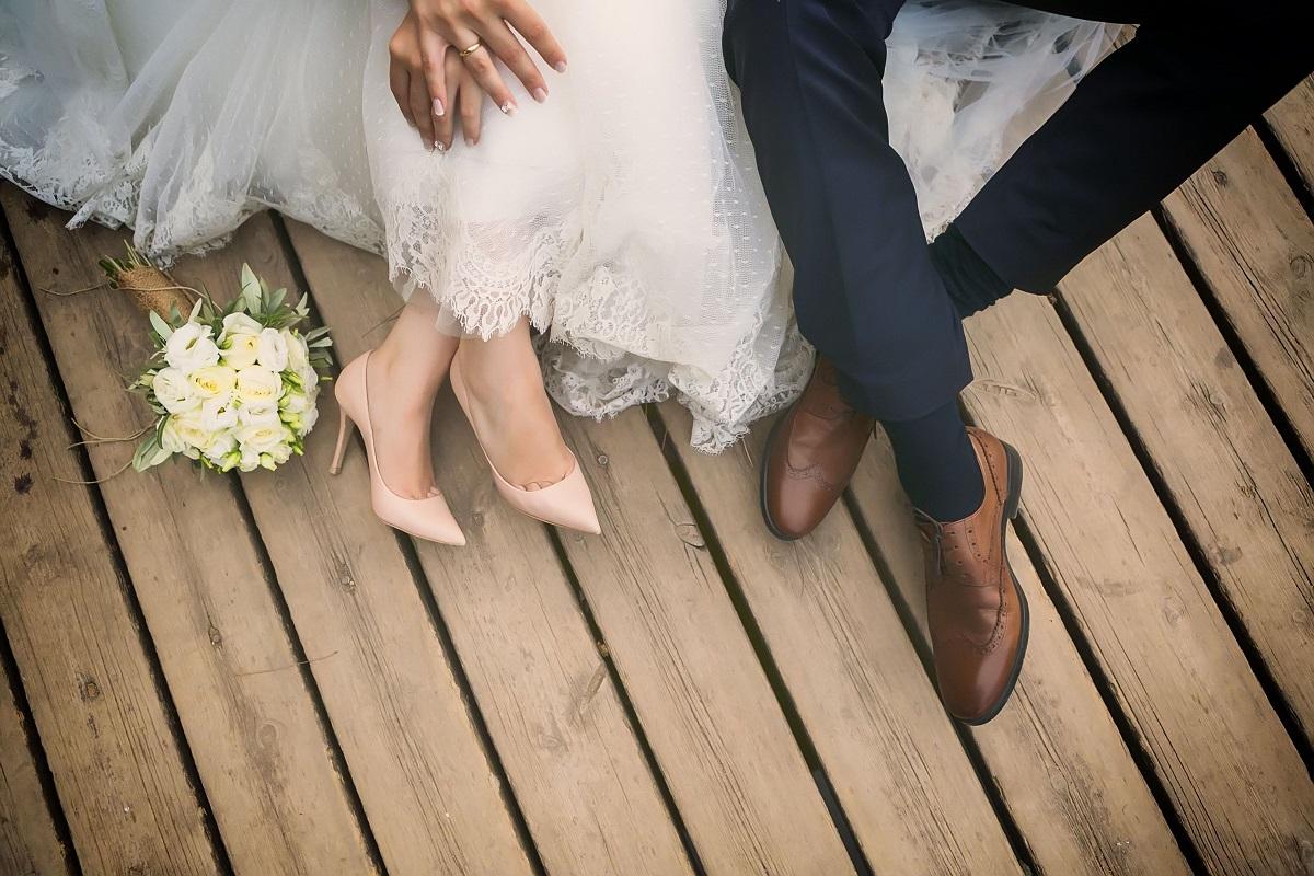 Šiandienos aktualijos: fiktyvių santuokų grimasos, atostogų ypatumai ir paslaptingas juodasis asfaltas