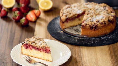 Šviežių braškių tortas su trupininiu viršumi (video)
