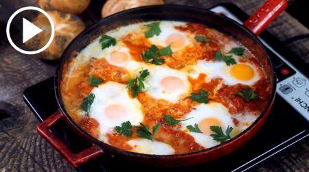 Kitoks pusryčių valgiaraštis – izraelietiška kiaušinienė šakšuka (video)