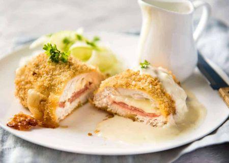 """Gardūs vištienos suktinukai su sūriu ir kumpiu """"Cordon Bleu"""" (video)"""