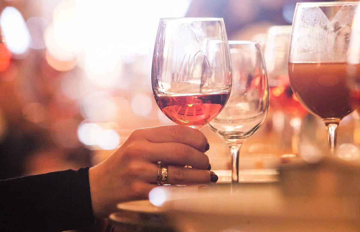 Valstybės svarstymai pažaboti prekybą alkoholiu lauko kavinėse: kokie pasiūlymai yra tikėtini?