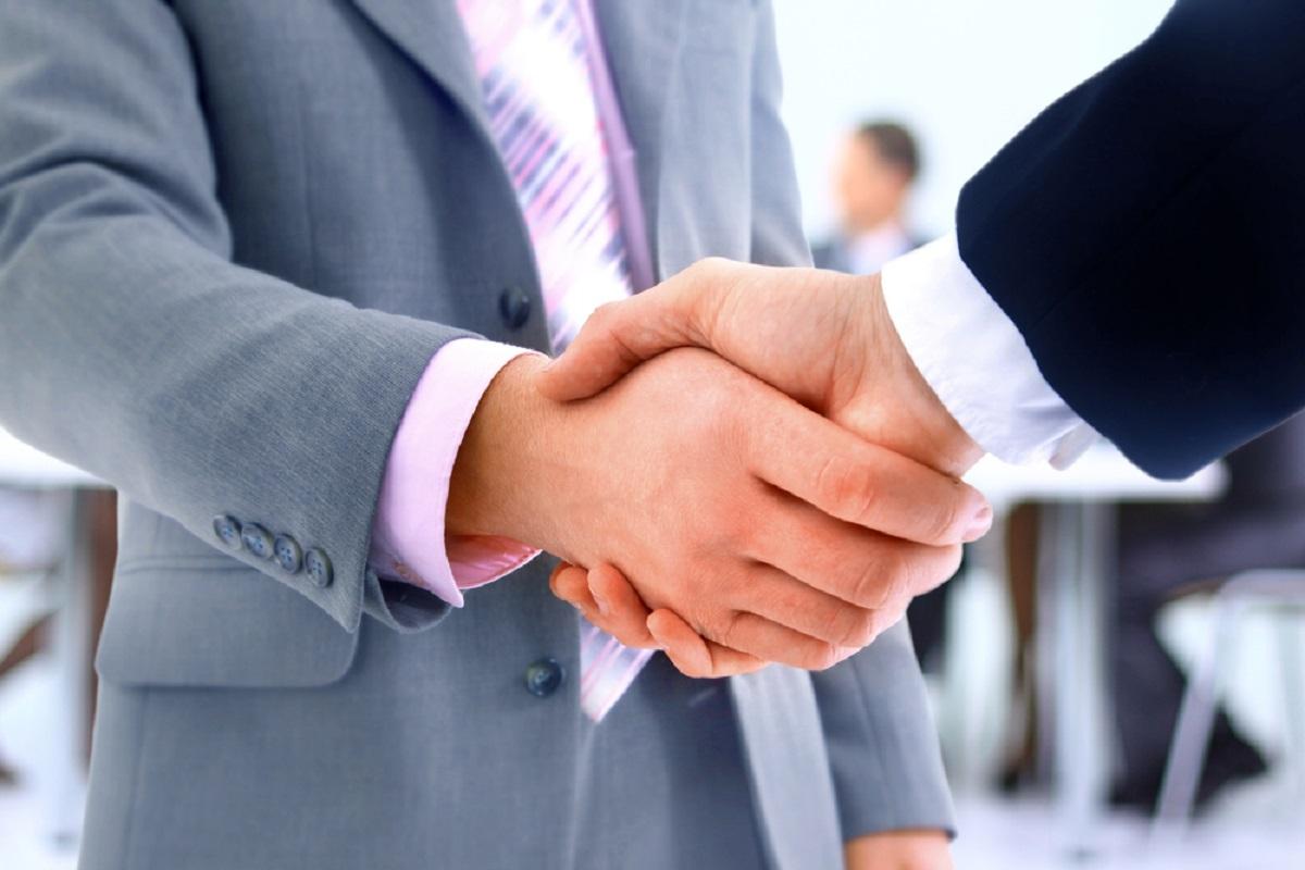 Kokie kūno judesiai skatina pasitikėjimą ir bendradarbiavimą?
