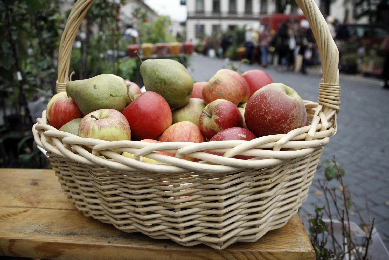 Labiausiai brangstančia preke išlieka bulvės, labiausiai pingančia – obuoliai