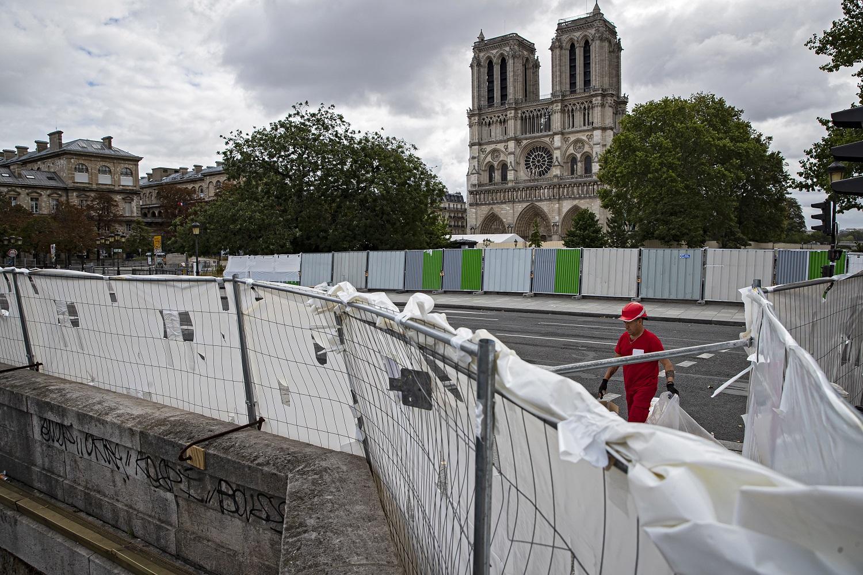 Atnaujinami Paryžiaus Dievo Motinos katedros valymo darbai