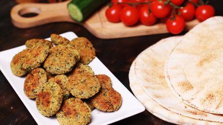 Sekmadienio receptas: orkaitėje kepti avinžirnių kotletukai (video)