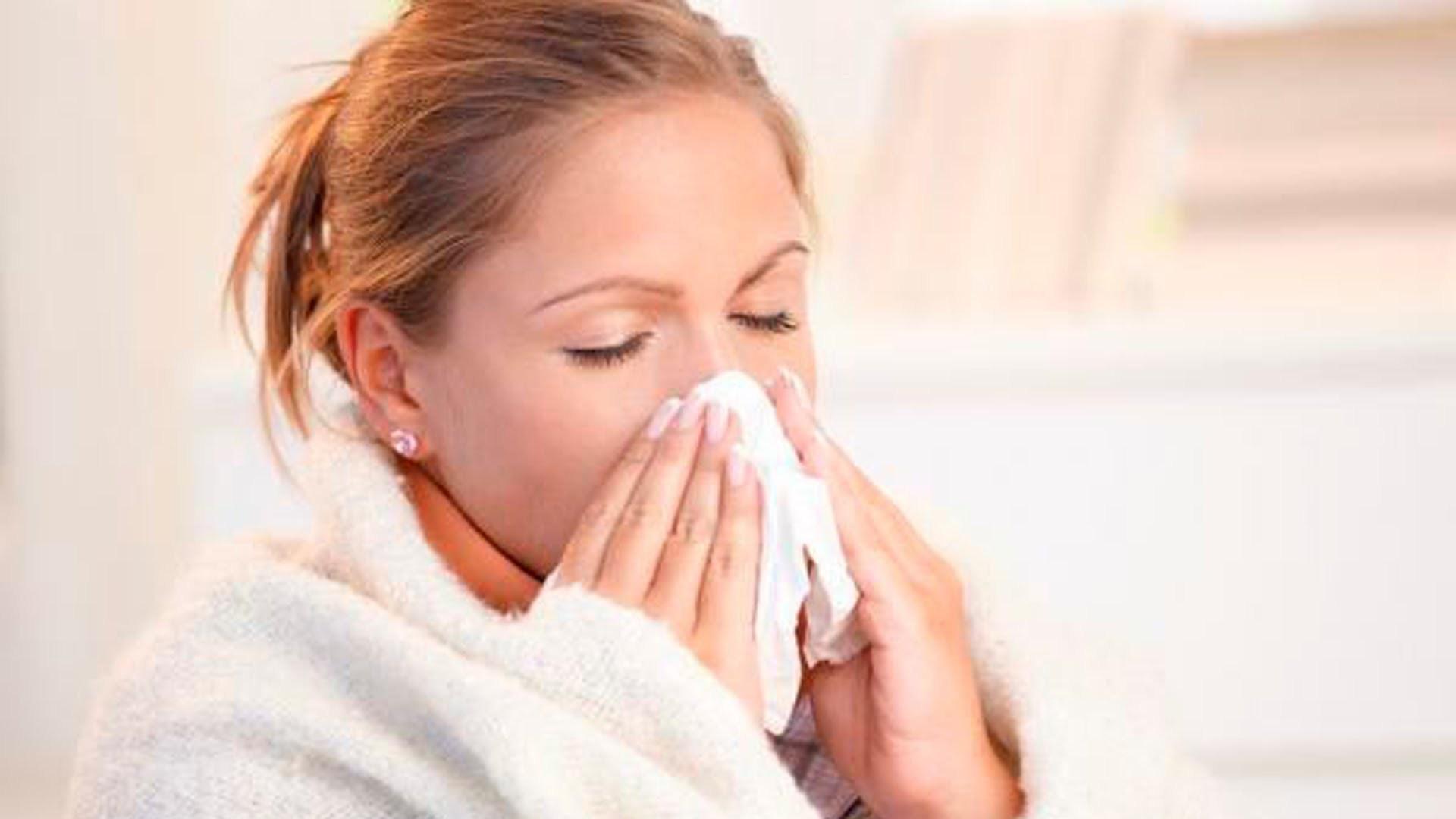 Lengvo peršalimo palydovai – kosėjimas ir čiaudėjimas – pavojingi aplinkiniams