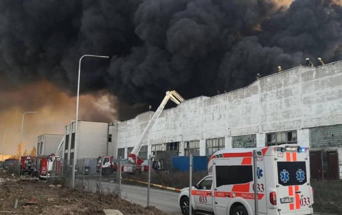 Alytaus gamyklos gaisravietėje dūmingumas sumažėjo