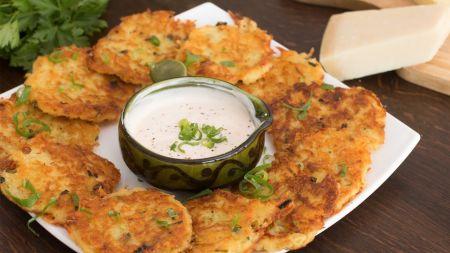 Greitai ir skaniai: tarkuotų bulvių blyneliai su sūriu (video)