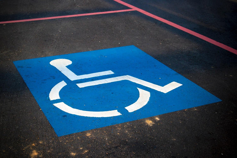 Gyventojo su negalia skundas atvėrė automobilių stovėjimo vietų įsigijimo spragas