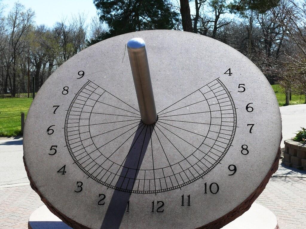 Saulės laikrodis – žavi sklypo puošmena