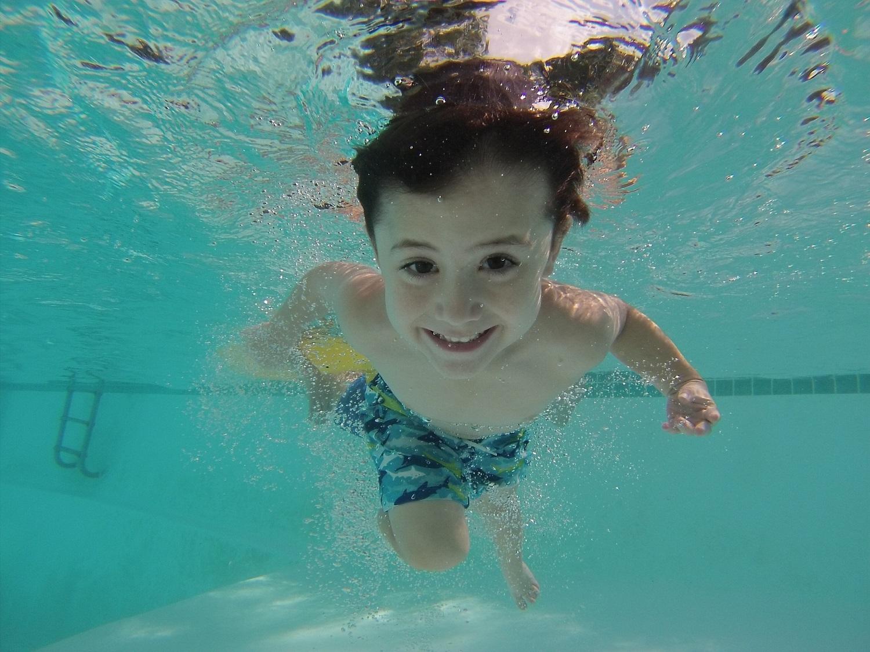 Kaip išmokyti vaiką plaukti: trenerių patarimai tėvams