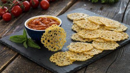 """Parmezano sūrio traškučiai su """"Marinara"""" padažu (video)"""