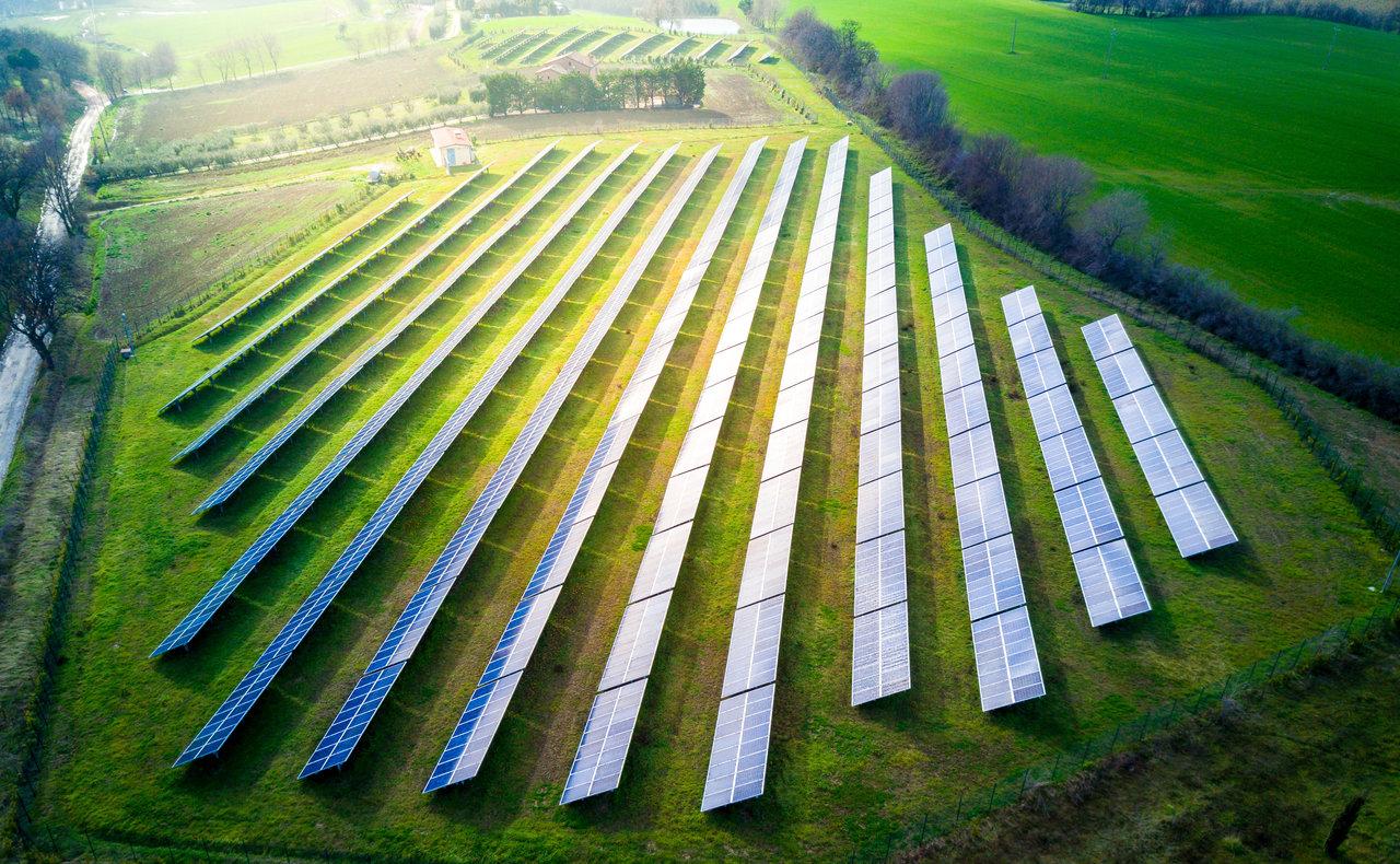 Mitas ar tiesa, kad saulės energijai reikia elektrinės ant stogo?