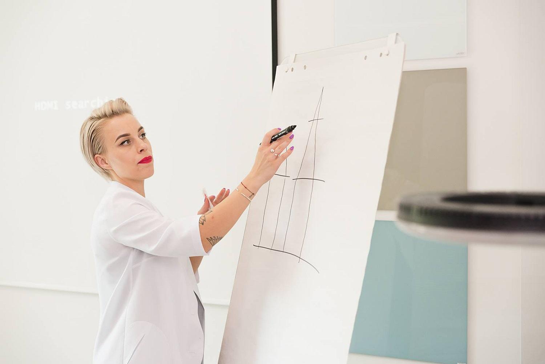 Išvardijo populiarėjančias mikropigmentacijos procedūras: išbandyti verta ne viską