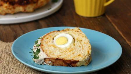Idėja išradingiems pusryčiams – sūrio pyragas, įdarytas virtais kiaušiniais (video)