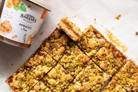 Tikras malonumas gomuriui – pyragas su abrikosų džemu ir pistacijomis (video)