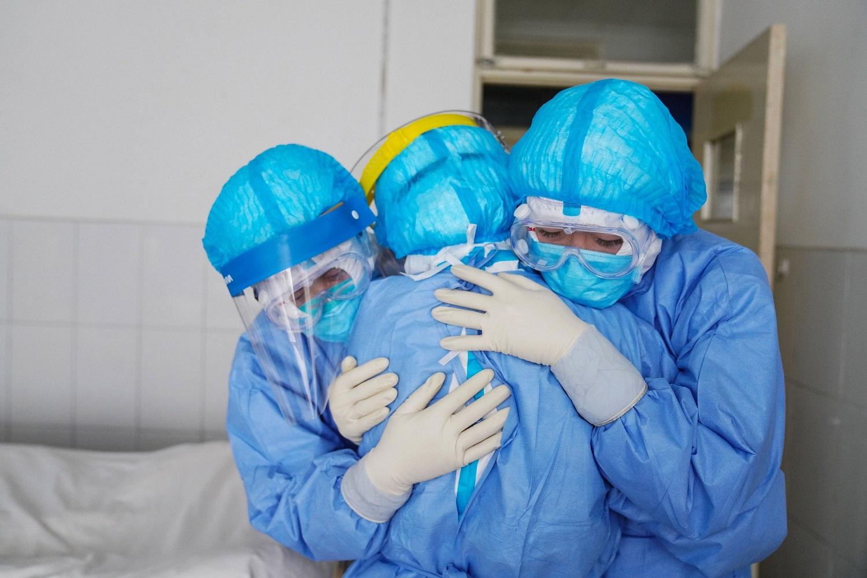 Auganti grėsmė: koronaviruso aukų skaičius perkopė 560, užsikrėtė naujagimis