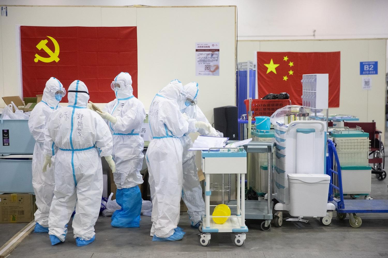 Kinijoje koronaviruso aukų skaičius pasiekė 2 000