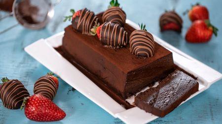 Tikriems smaližiams – šokoladinis pyragas su braškėmis (video)