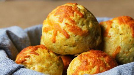 Sočiam užkandžiui: sūrio bandelės su mėsos padažo įdaru (video)