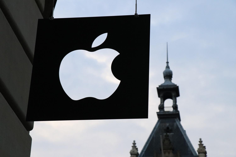 """""""Apple"""" sumokės iki 500 mln. dolerių už tyčinį """"iPhone"""" lėtinimą"""